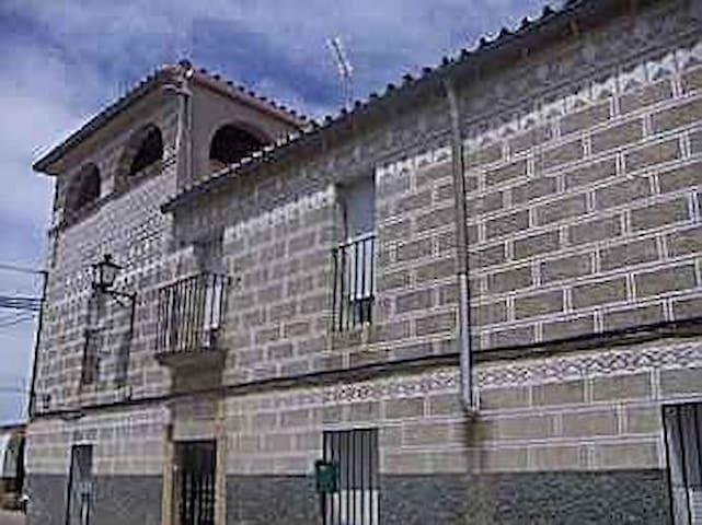Casa esgrafiada típica extremeña - Valdefuentes - Casa