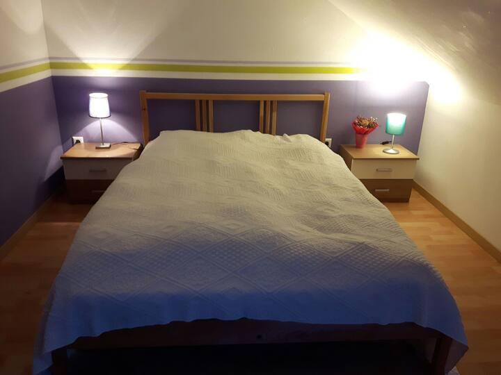 Geräumiges DG-Zimmer mit Bad in Flughafennähe