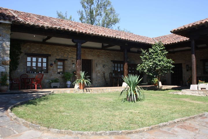 Casa antigua con piscina y barbacoa