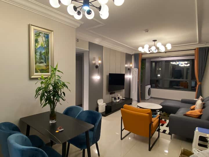 市中心:恒大海上帝景三室一厅,精致现代风格装修,家的感觉,融入体会当地人文,免费停车,会展、公园环绕