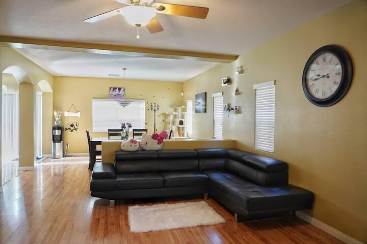 Comfortable&Quiet Main floor Guest-room & Bathroom