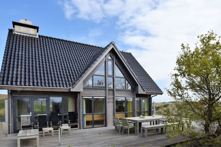 Dune villa with sauna on the island of Vlieland, near the woods and sea.