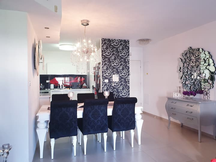 stylish apartment, 5 minute drive to beach