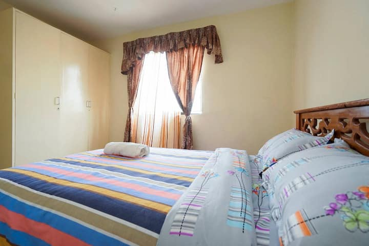 Free Wifi, comfy Room! 13 minutes from Airport.