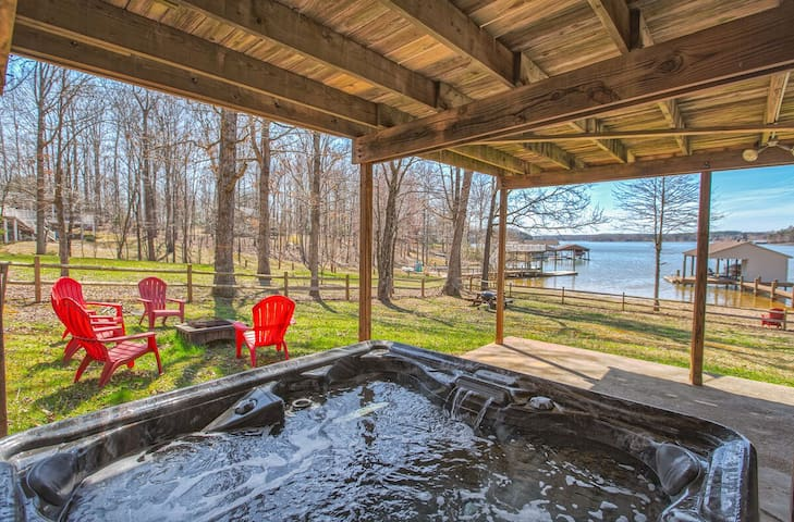 LakeSide Lodge, hot-tub, flat , sand beach, dog allowed, fall specials