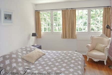 Apartment Fleurie - Saint-Amand-Montrond - Bed & Breakfast