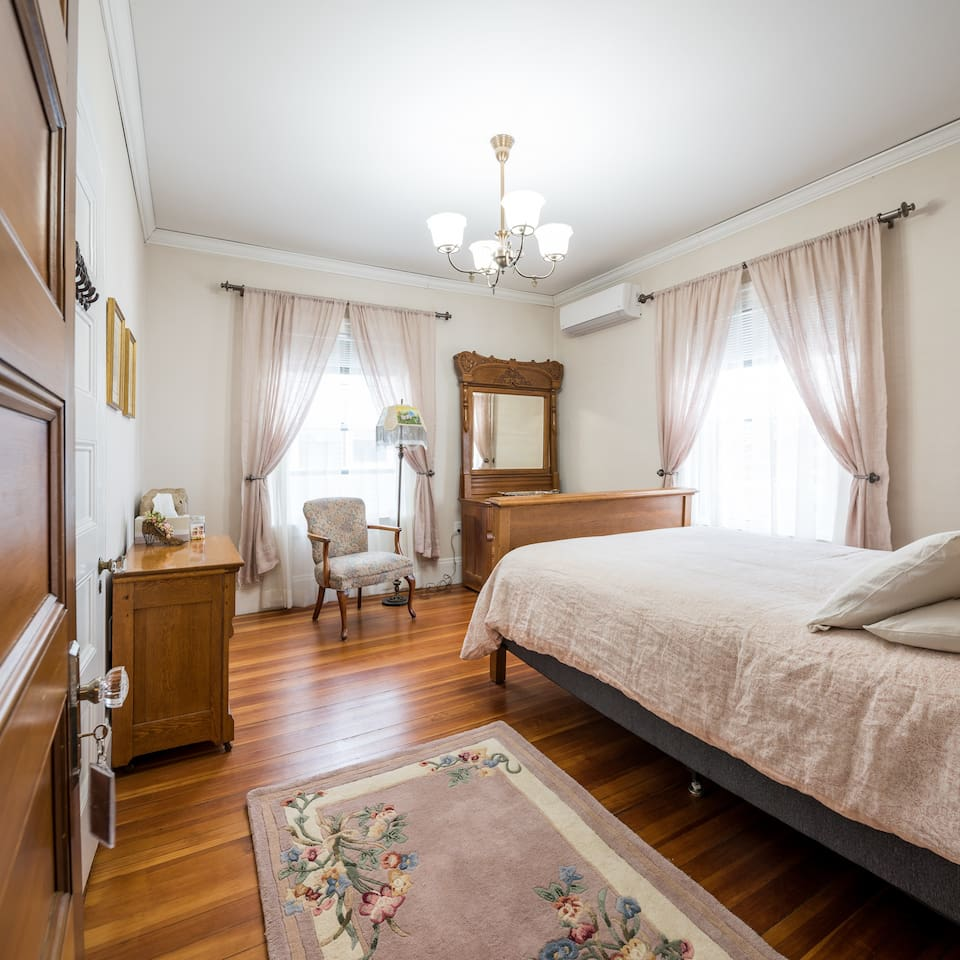 Queen bed and optional air mattress for guests