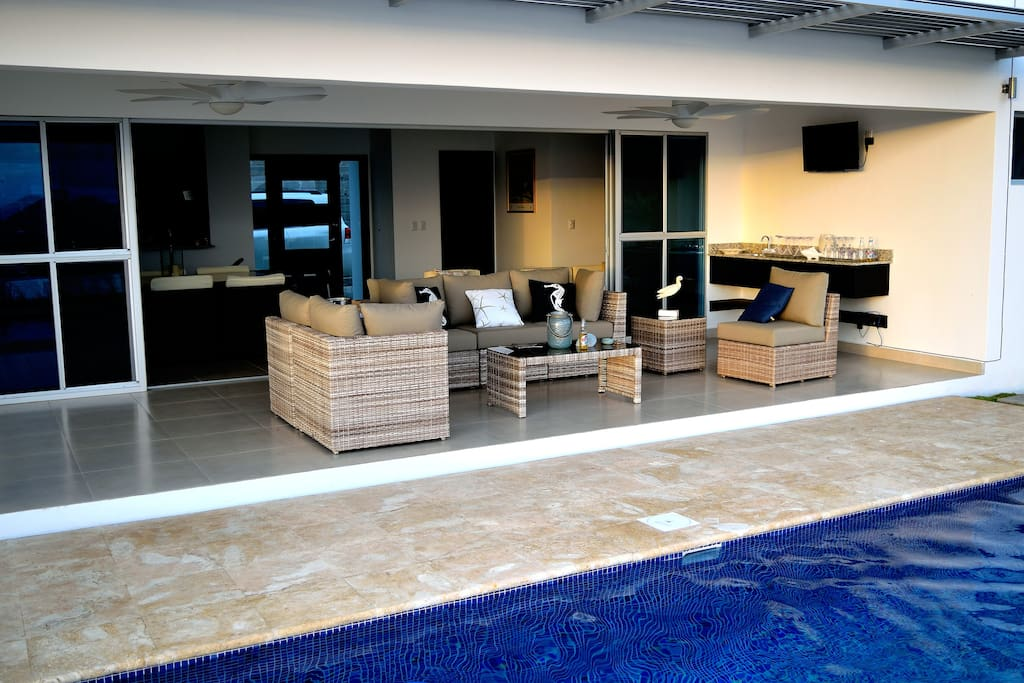 Poolside Lounge/Bar