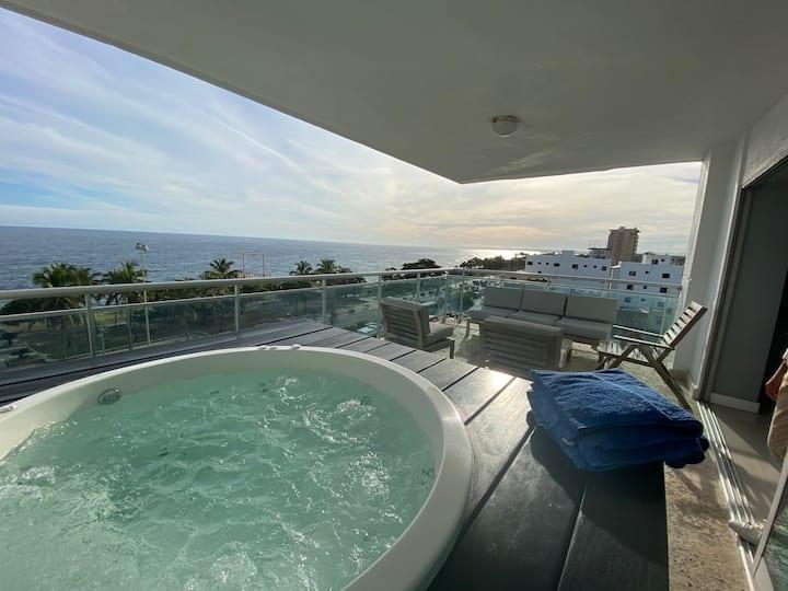 Apartamento con jacuzzi privado y vista al mar.
