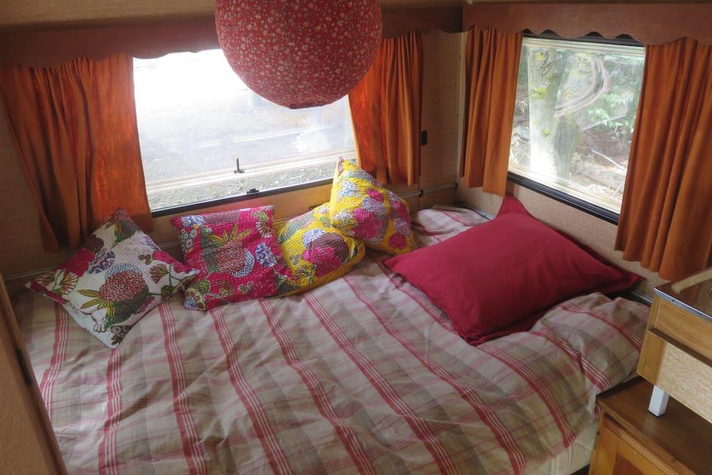 Le lit en 140 pour 1 ou 2 personnes.