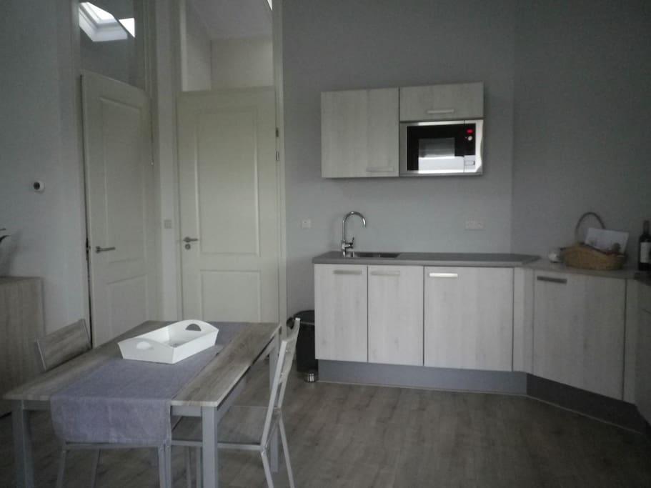 keuken met toegangsdeuren van de slaap- en badkamer