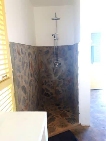 douche à l'italienne avec eau chaude