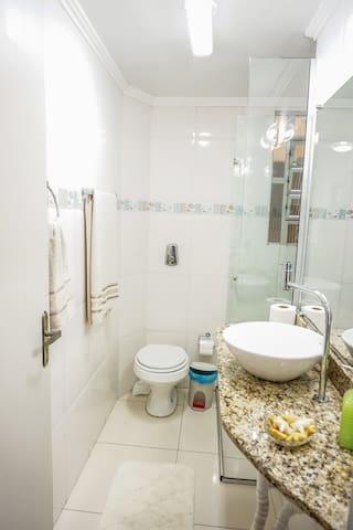 Banheiro com piso em porcelanato.