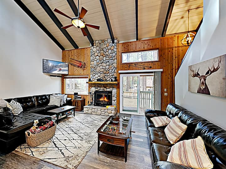 Walk to Slopes! Mountain Home with Private Hot Tub