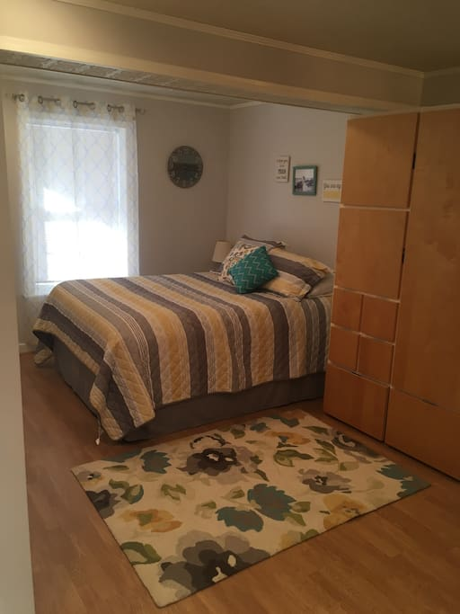 1 queen sized bed, available wardrobe storage