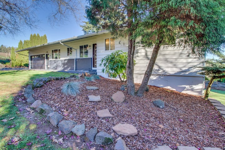 Dog-friendly, wine country home w/game room, hot tub & valley view