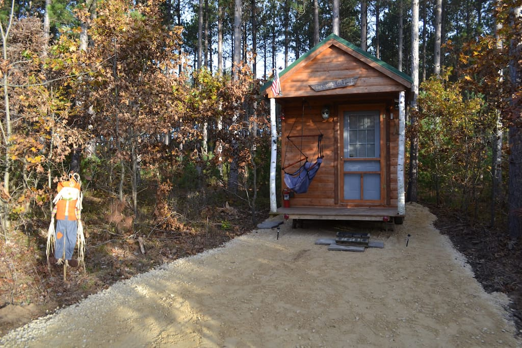 cozy romantic tiny house on wheels near the dells tiny houses for rent in delton wisconsin. Black Bedroom Furniture Sets. Home Design Ideas