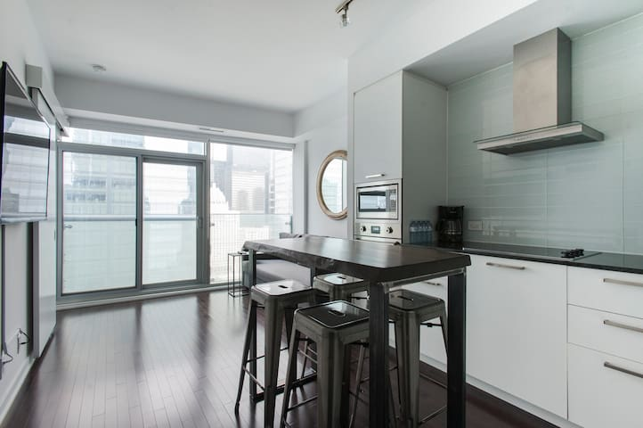 Modern Condo near CN Tower, Scotiabank Arena, Rogers Centre & MTCC with FREE PARKING