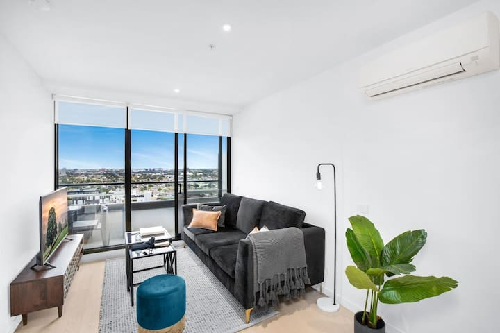Stylish One-Bed Apartment With Balcony and Parking