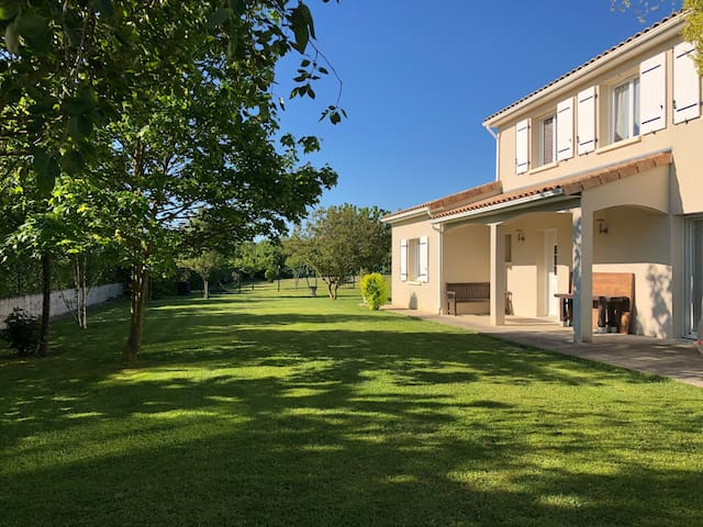 Grande maison à la campagne.