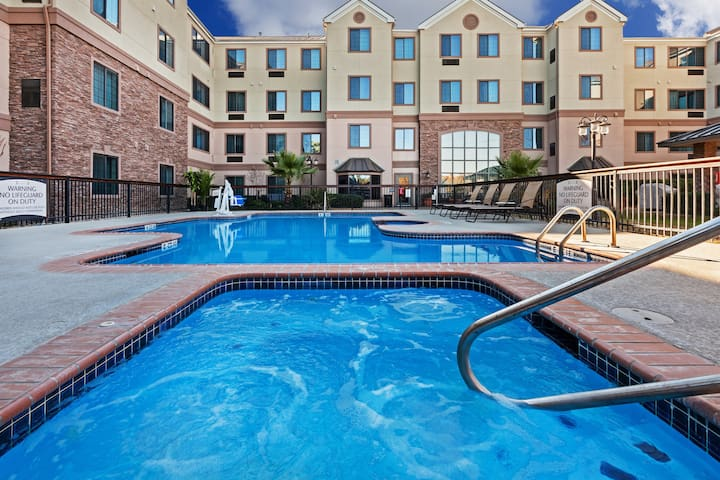 Free Breakfast, Pool, Hot Tub. Escape to Six Flags Fiesta Texas & Sea World!