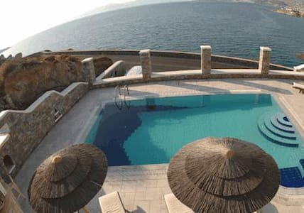Within 100 metres from Megali Ammos Beach in Mykonos, the traditionally-built Petinaros Beach Studios offers self-catering accommodation. Featuring a pool with sun terrace and a bar overlooking the Aegean Sea, its public areas enjoy free Wi-Fi access