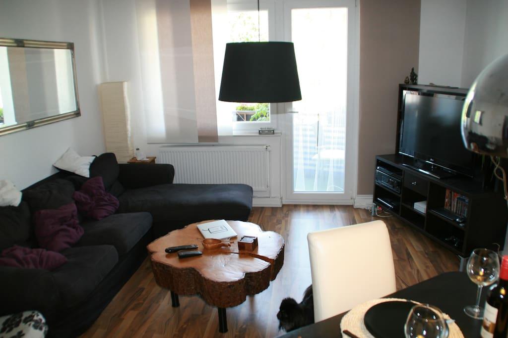 Wohnzimmer Sofa, TV, Playstation, Balkontür
