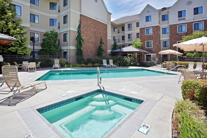 Free Breakfast + Outdoor Pool + Hot Tub | Near Portland North of the Columbia River