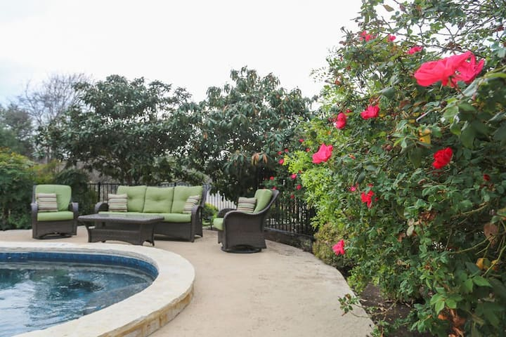Absolutely Charming Sweet Romance, Hot tub and Pool Access, Walk to Main