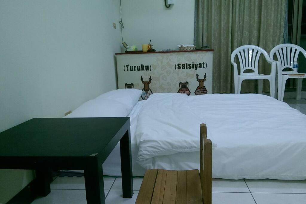 房間多了小桌子,可讓旅人寫文章及喝酒用