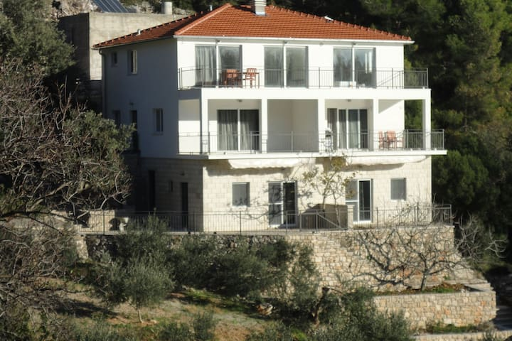 Charming apartment with terrace and beautiful sea view. Near the beach!
