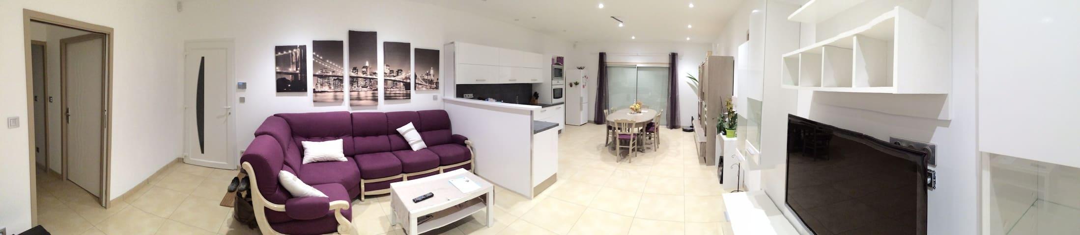 chambre meuble avec salle d 39 eau houses for rent in saint didier de formans rh ne alpes france. Black Bedroom Furniture Sets. Home Design Ideas