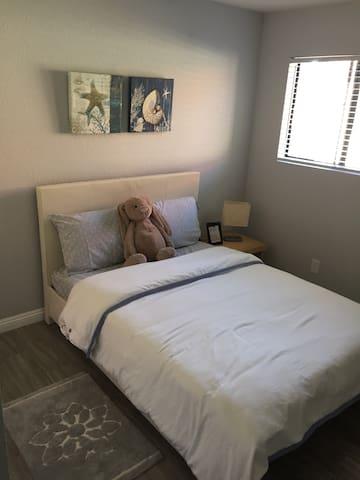 Sunny Peaceful Room in Alhambra 精品美房,全新粉刷,干净整洁
