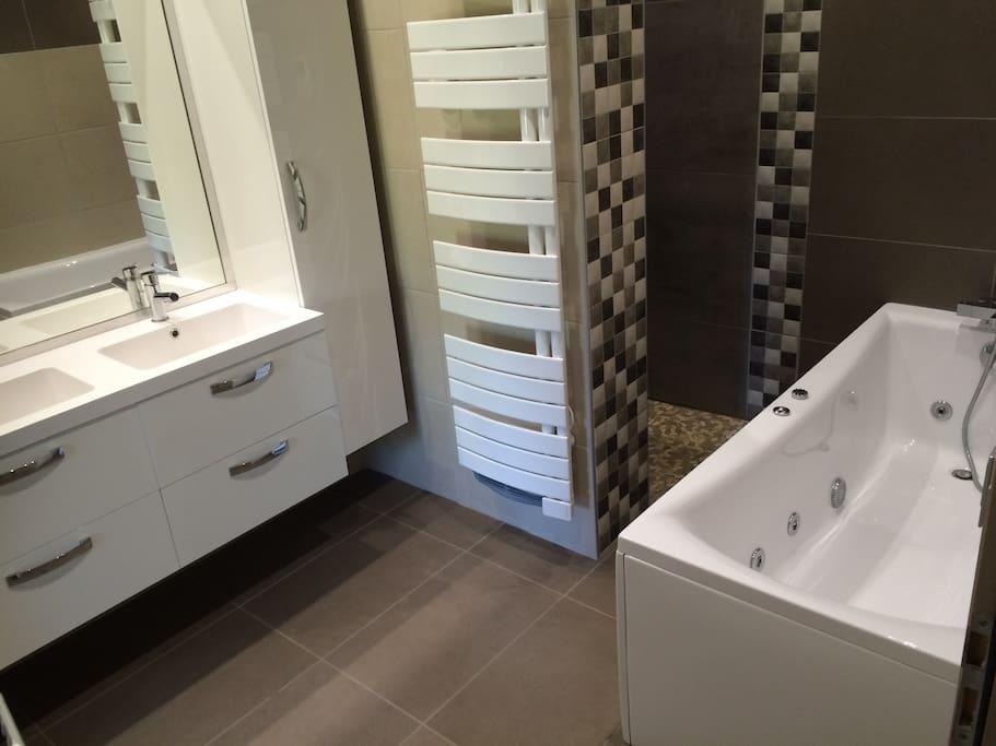 salle de bain balnéo (baignoire et douche)