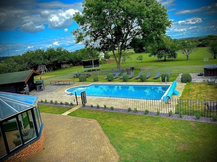 Countryside Farmhouse nr Oxford. Pool, Bar, Hottub