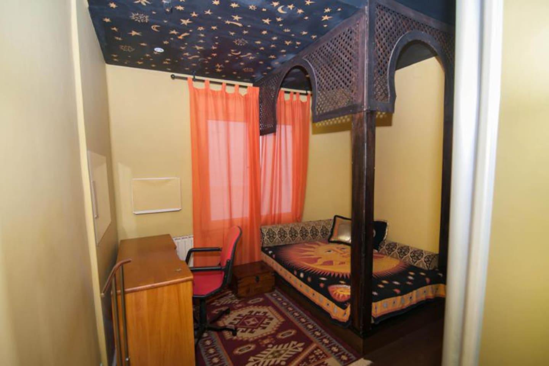 Amplia cama de 135 cm, baño privado