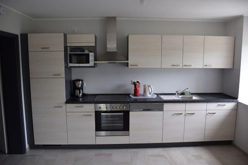 Ingerichte keuken met Frigo, Diepvriesvakje, Microgolf oven, Oven, vaatwasser, koffiezetapparaat enz...