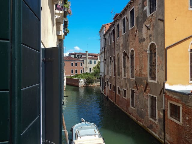 Canal view, Santa Croce, crazy style house - Venezia - Apartment