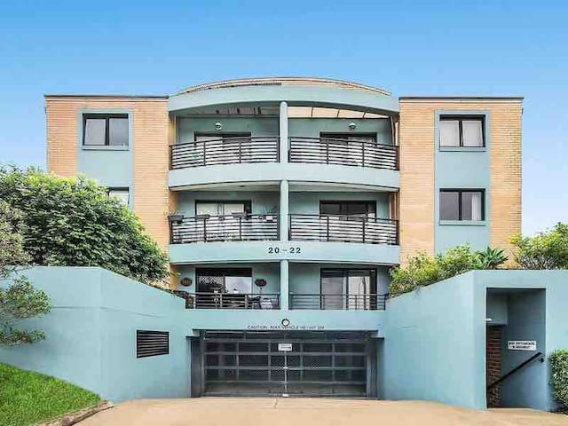 1 Bed Apartment 5 minutes walk to Coogee beach