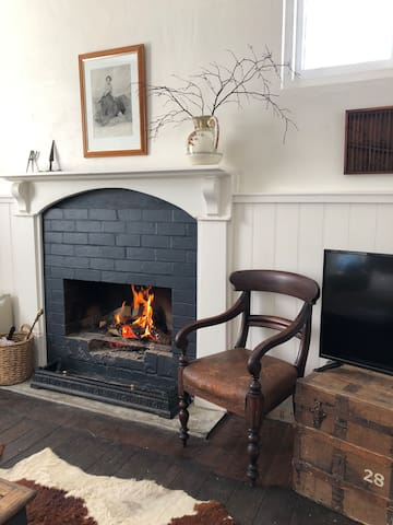 Surveyor's Cottage - Heritage with open fire