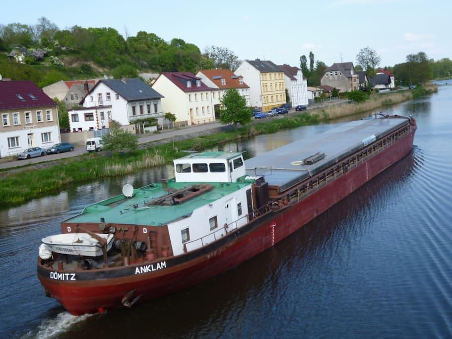 """Ein Binnenschiff auf der """"Alten Oder """" in Oderberg."""