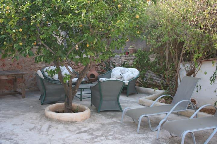 Casa con terraza y jardín.