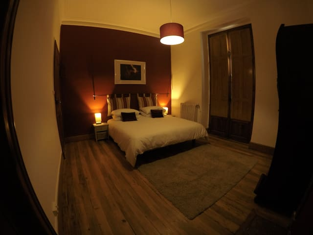 Spacious Private Room with en-suite - Red Room