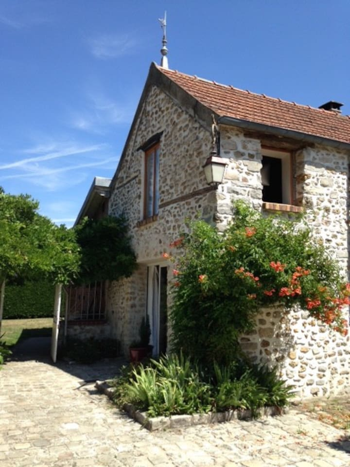 Beautiful and renovated barn in the Parisian countryside / Belle grange rénovée dans la campagne parisienne