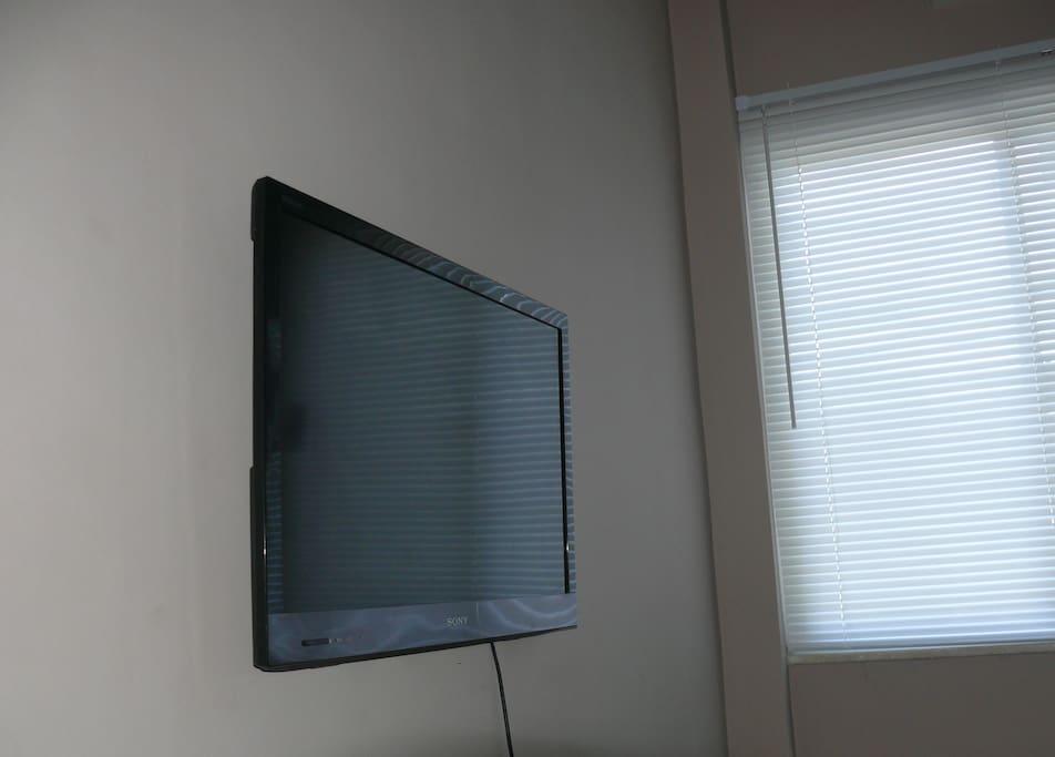 TV a Cabo HD com +de 120 canais e conectada a Internet e redes sociais.