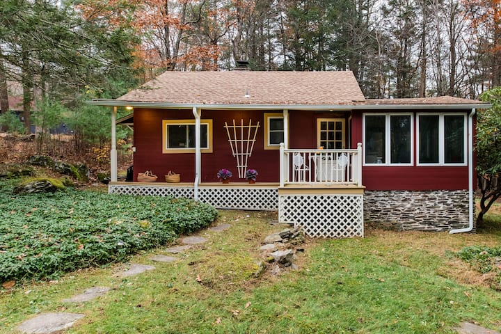 Visit Woodstock from a Radiant 1940s Cottage