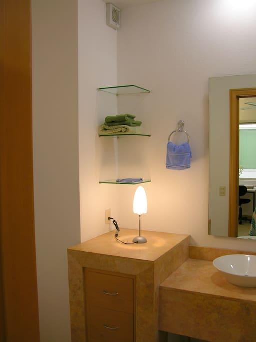 One bathroom corner/un rincon de uno de los banos.