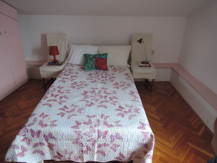 Bedroom with 120x200cm bed.