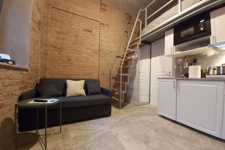 Lovely Vintage Loft Studio| Brick Walls| Downtown