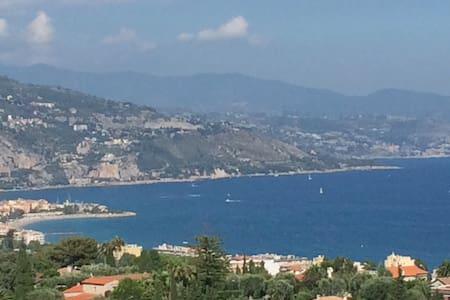 Vue exceptionnelle et panoramique sur la mer
